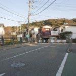 本覚寺前の夷堂橋。渡ったら左方向に進みます。