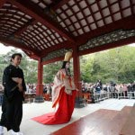 鎌倉まつり、静の舞。大勢の見物客が見守る中いよいよ舞殿にあがります。撮影協力:鎌倉市観光協会