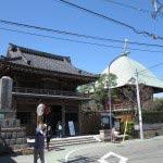 本覚寺の山門と夷堂。撮影者の立っているあたりが夷堂橋。