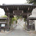 横須賀線に近い法性寺山門。