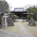 名越切通しと法性寺は繋がっています。本堂には日蓮を救った山王権現、日朗墓所があります。