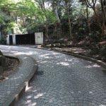 長楽寺跡、鎌倉文学館のスロープをあがり、受付の手前あたりに石碑が建っています。