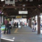 江ノ電「江ノ島駅」の構内。駅舎は1991年(平成3年)に改修され、子供の頃よりも現代風になっています(ちょっと残念)。