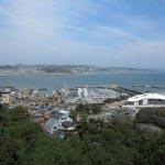 江ノ島、辺津宮から中津宮へと向かう途中の展望。なんと東京オリンピックのヨット競技のために神の島を埋め立てたというヨットハーバー。無理な願いとわかっていても昔の江ノ島に戻してほしいと思います。