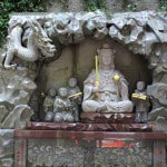 江島神社、瑞心門を抜けてすぐある弁財天像。江島神社鎮座1450年を記念して2002年(平成14年)に建てられました。