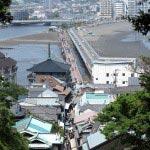 江ノ島、辺津宮の近くにあるむすびの樹あたりからは、表参道、江ノ島大橋、境川、弁天橋などが一直線にみえます。