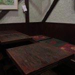 パレサのテーブル席。テーブルといい、座布団といい磨き込まれています。アンティークとか古民家ではなく、ただ大切に使い続けて来たというさりげなさ。