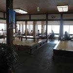 江ノ島、稚児ケ淵に降りる階段付近にある魚見亭。景色の良い席がたくさんあります。きちんと年季の入った感じの店内をきれいに使っており、今風のオシャレ、というかちゃらちゃらした感じがないところに好感が持てます。