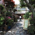 参道の料理旅館、紀伊国屋旅館。1泊2食付き7,000円程度から泊まれる親しみやすい宿です。