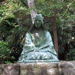 江ノ島、奥津宮の右手にある山田検校坐像。山田流琴曲の開祖。琴曲「江の島曲」の作者です。近くには顕彰碑もあります。