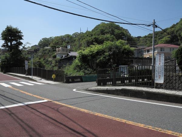 青砥藤綱邸跡。金沢街道を鎌倉駅方面から歩くと右手に青砥橋がみえてきます。