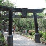 江ノ島、源頼朝寄進の鳥居。奥津宮の前にあります。鎌倉幕府の公式記録『吾妻鏡』に記された、源頼朝寄進の鳥居を再現したものです。正確な形や場所は不明とのこと。