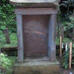 源実朝ゆかりの「宋の古碑」。1204年(元久元年)に源実朝の命を受けて宋に渡った良真が、宋の慶仁禅師より伝えられたという石碑です。その年月を感じさせるかのように摩滅しています。
