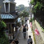 江ノ島、中津宮から山二つへと向かいます。表参道と違って少し静かになってきます。