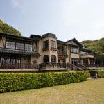 長楽寺は新田義貞の鎌倉攻めの戦火により焼失。明治に入って加賀前田家の別邸となり、その建物と庭園は鎌倉文学館として引き継がれています。
