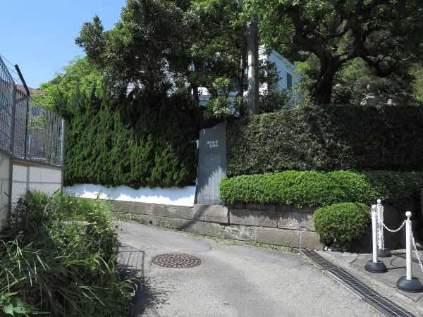 青砥藤綱邸跡。金沢街道沿いにある青砥橋を渡ったところにあります。