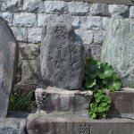 江ノ島、稚児ケ淵の入り口あたりにある6つの石碑。右から2つ目が松尾芭蕉のものです。「疑ふ那潮能花も浦乃春」が刻まれていますが江ノ島を詠んだわけではありません。