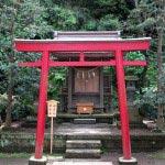 江島神社の末社、秋葉社、稲荷社の合殿。江ノ島にあったいくつかの社を合祀しています。