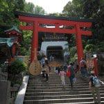 江島神社、朱塗りの大鳥居。昭和初期に建てられました。