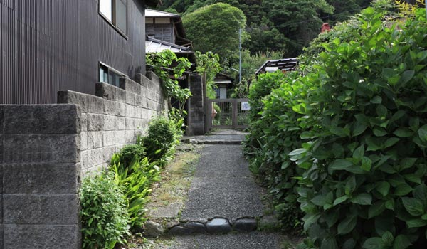 <1>『続・最後から二番目の恋』。前作に続く長倉家。御霊神社の門前です。