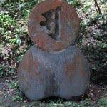 江ノ島男坂の途中にある百度供養碑。1761年(宝暦11年)から1796年(寛政8年)、36年かけて百度詣りを行った江戸の時田明昭が建立した。