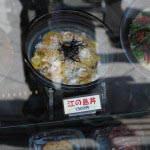 江ノ島表参道、江ノ島丼を考案したハルミ食堂のショーケースから江ノ島丼(1300円)。