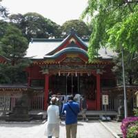江島神社、中津宮。1996年(平成8年)に改修され、鮮やかな朱色が蘇りました。