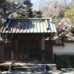 太田道灌屋敷跡。この門がみえたら右手前に石碑が建っています。
