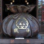 江島神社、辺津宮の賽銭箱。独特の形をしています。三つ鱗がありますから北条氏ゆかりのものでしょうか。