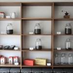 壁の商品棚。その日のおすすめを試飲して、それにあわせて好みを伝えれば選んでくれます。