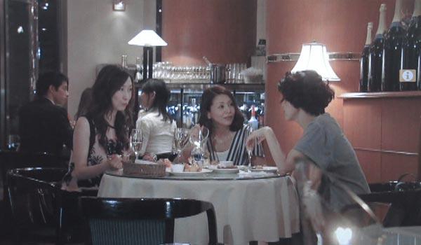 <6>小泉今日子(吉野千明)他、女3人が飲む店。横浜日本大通りランチェンアヴェニューという洒落た店