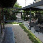 『最後から二番目の恋』で坂口憲二と小泉今日子が寒い中お茶をしていたオープンカフェスペースがあります。