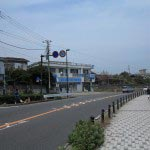 稲村ケ崎から由比ケ浜に入ってくるあたりに急なカーブがあり、SAIRAMのデッキがみえてきます。