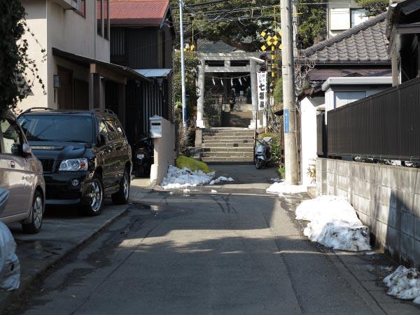 御霊神社門前の小路。