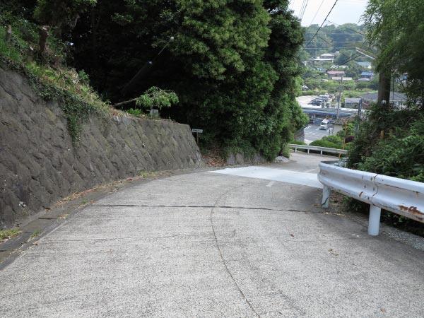 日蓮が切り開いたという高祖坂。左手の石垣が途切れたあたりに「高祖井戸 50m」の小さな立て札があります。