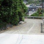 高祖井戸の入口付近からは県道27号線がみえます。