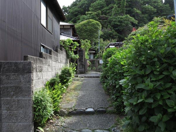 ドラマ『最後から二番目の恋』『続・最後から二番目の恋』の舞台となった長倉家は御霊神社門前にあります。ドラマそのものの景色です。