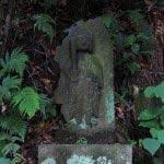 滝の傍らに祀られた不動様の像。