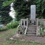 瀧不動堂の前には立派な石碑があります。古の名将を偲んで観光客もほとんどこない片田舎にこんな立派な石碑を建てる。実に豊かな方がいたものです。