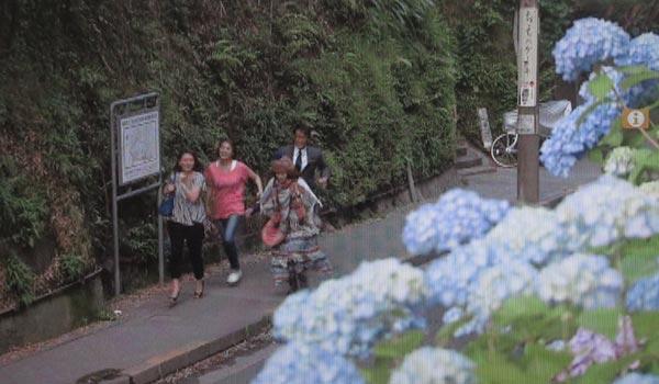 <3>中井貴一(長倉和平)、小泉今日子(吉野千明)、飯島直子(水谷典子)、内田有紀(長倉万理子)が小走りに通勤する道。極楽寺坂切通し。