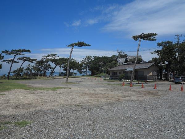 森戸大明神本殿左手にある広場。この辺りに源頼朝の別邸があったといわれています。海沿いのこういった何もない土地はそれだけで良い場所です。すぐに何か建てようとしますから。