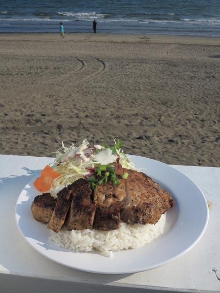 鎌倉雪ノ下「バーンウエンター」のムーヤーン(タイ風焼き豚肉のせごはん)1,000円。黒胡椒のきいた厚い豚肉が乗ってサラダもついています。これもかなりボリュームがあり、成人男性でも十分腹が膨れます。 width=