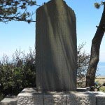森戸大明神境内にある「マルチーノ公使 ベルツ博士記念碑」。マルチーノ公使 ベルツ博士は風光明媚で温暖な葉山の地を保養地として最適であると皇室に進言しました。1894年(明治27年)に葉山御用邸が造営され、その進言の功績を讃えています。