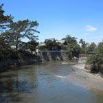 みそぎ橋から望む森戸神社。背後に海を備えるすばらしい景観です。