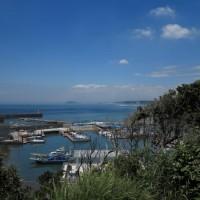 鐙摺城址、鐙摺山山頂からの眺望。遠くに江ノ島がみえています。