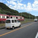京急神武寺駅を降りたら、線路と並行する通りに出て左にいきます。