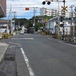 踏切を渡ってすぐ線路沿いに右に進みます。
