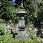 山門を入ってすぐの石塔。