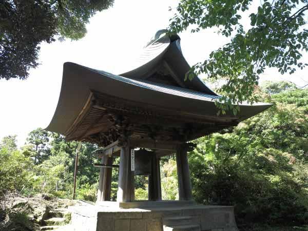 神武寺の鐘楼。1859年(安政6年)建築。昔は薬師堂前に鐘楼門があったそうですが、弘明寺へ移築されたといわれています。