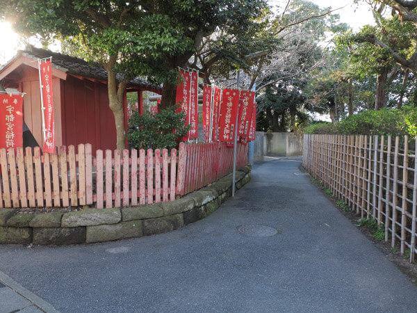 地図5番の道。若宮大路の東側をほぼ平行して通る裏道。鶴岡八幡宮三の鳥居前を横切る、横大路の途中にでます。